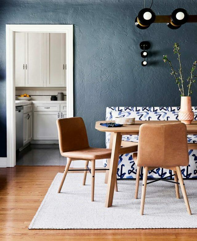 Comedor diseñado por Emily Henderson con la silla de comedor de cuero Kissa.