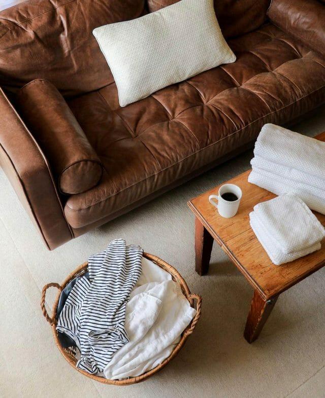 Samantha Lindsey se prepara para doblar un poco de ropa sucia con su sofá Article Sven en Chocolat.
