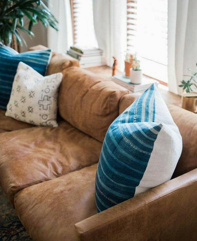 Primer plano del sofá de cuero Article en la casa de Emily Suenetz