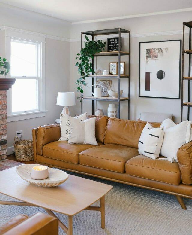Live Your Style comparte su sala de estar con el sofá Article Timber en cuero Charme tan.